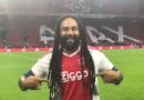 Ky-Mani Marley canta 'Three Little Birds' durante la partita dell'Ajax